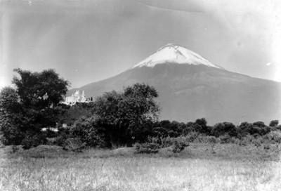 Panorámica de la iglesia de Cholula y el volcán Popocatépetl