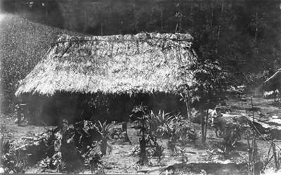 """Indígenas afuera de una choza en la zona """"lacandona"""", retrato"""