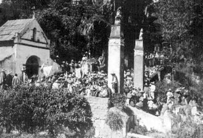 Peregrinos llegan a un santuario