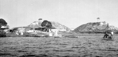 Vista de una escuela rural a la orilla de un lago