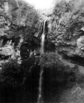 Hombres junto a una cascada