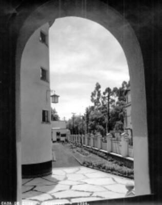 """Jardín y pasillo exterior de la """"Casa de Cuna [en] Coyoacán"""", vista parcial"""