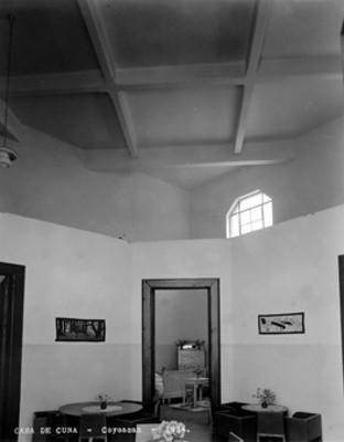 """Comedor y dormitorio de la """"Casa de Cuna [en] Coyoacán"""", interior, vista parcial"""