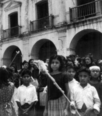Grupo de mujeres y niños desfilan por la calle