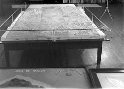 Maqueta y mapas en la sala de un museo