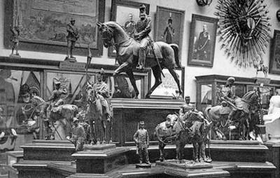 Diseños en miniatura de soldados a caballo exhibidos en el Museo Real del Ejército, tarjeta postal