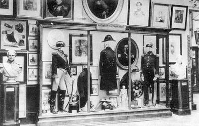 """Vitrina con """"Souvenirs de S.M. Leopoldo 1o. [exhibida en el] Museo Real del Ejército"""", tarjeta postal"""