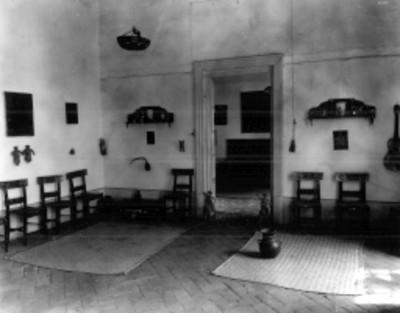 Vista de una sala de museo con muebles artesanales