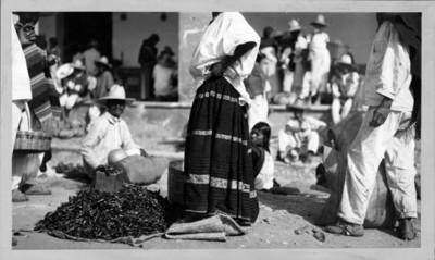 Mujer indígena vende chiles