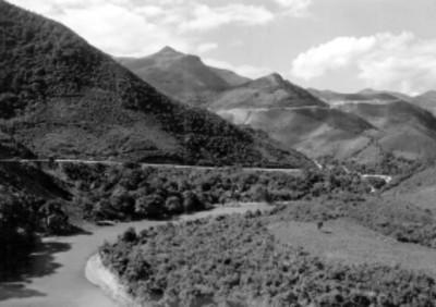 Camino rural entre cerros