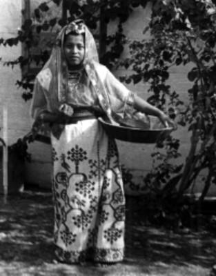 Mujer sostiene con las manos recipientes de madera