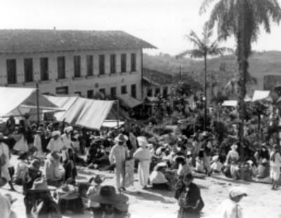 Panorámica de un tianguis en el centro de un poblado
