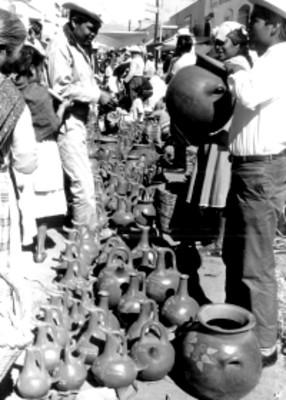 Hombre vende de cerámica en un mercado