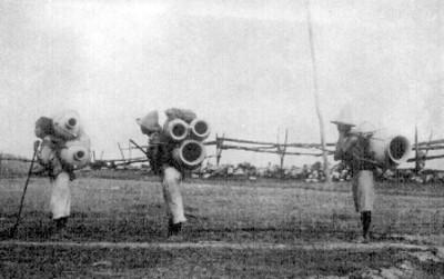 Grupo de alfareros transportan ollas y cántaros