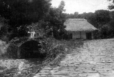 Personas paradas sobre un puente de piedra
