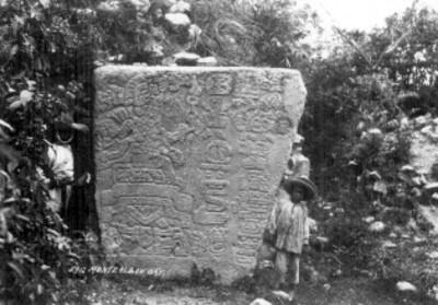 """Indígenas junto a una estela prehispánica en """"Monte Albán, Oax."""", retrato"""