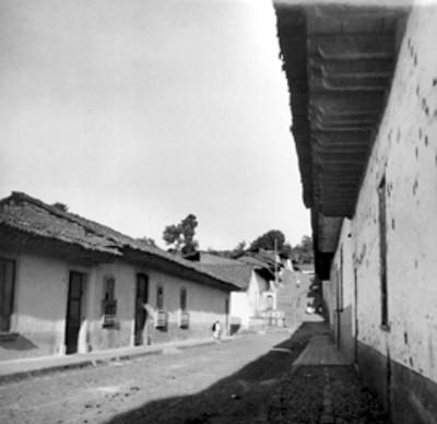 Calle de un poblado, vista parcial