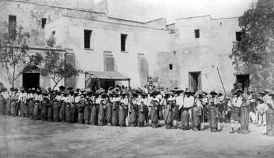 """""""5649. Guanajuato..."""" Aguadores con sus recipientes"""