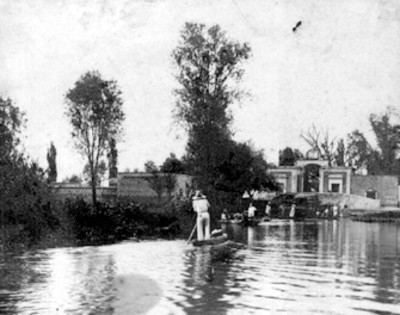 Hombres en trajineras por el canal