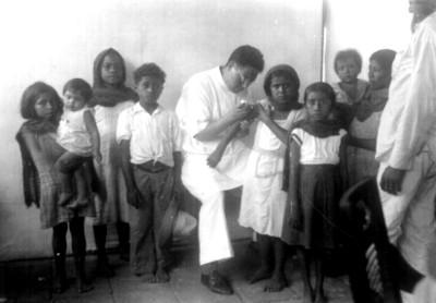 Médicos vacunan a niños, retrato