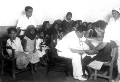 Médicos revisando a niños, retrato