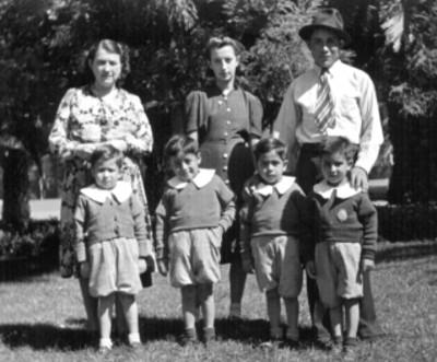 Hombre, mujeres y niños en un orfanato, retrato