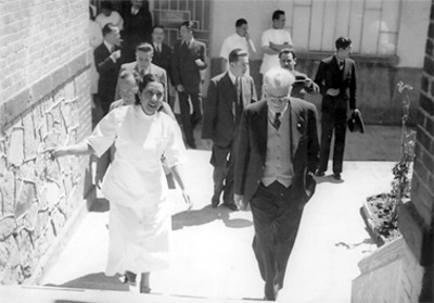 Enrique Alvares al frente de personal, a la salida del Consultorio número 4, retrato
