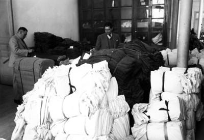 Hombre empacando ropa lista