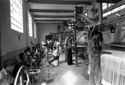 Hombre trabajndo en taller de confección de ropa