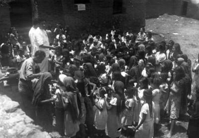 El Doctor Longi distribuyendo cepillo dentales a los niños