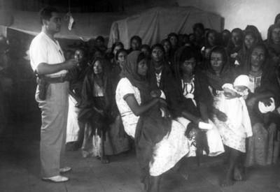 El Doctor Longi en platicas con las mujeres de Ometepec