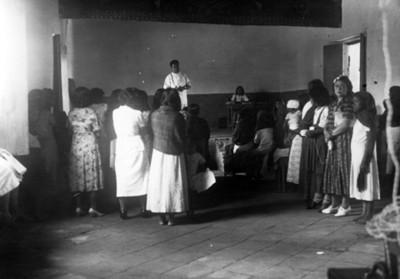 El Doctor Longi en platicas con las madres de Ometepec