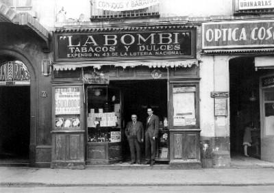 Expendio donde fue vendido el billete del premio gordo, hombres a la entrada