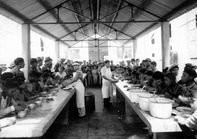 Muchachos del grupo Liberación, dunrante la comida, retrato