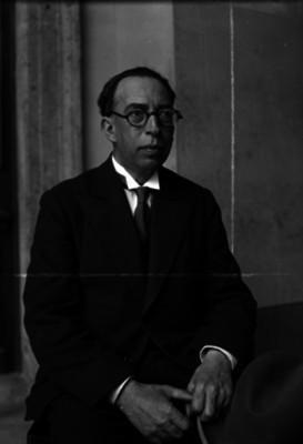 Alfonso Cravioto, vestido de traje, retrato
