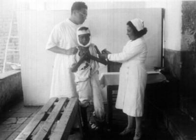 Doctor Longi y enfermera atendiendo a un niño