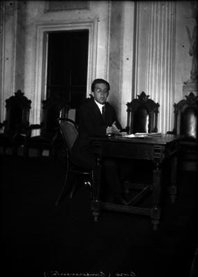 Alfonso Caso, abogado y arqueólogo en un salón, retrato
