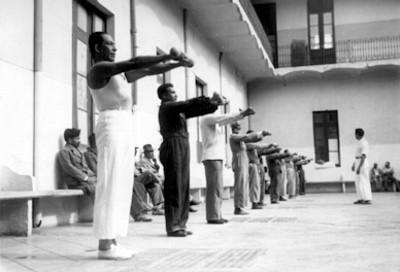 Hombres haciendo ejercicio en el manicomio