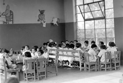 Niños y niñas comiendo, retrato