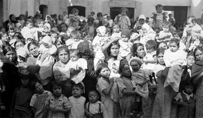 Mujeres con sus hijos, en un festival
