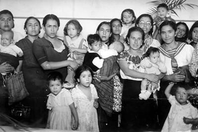 Mujeres con sus hijos en un festical, retrato