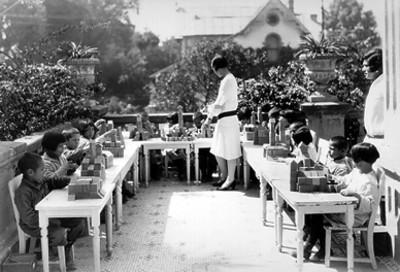 Sordomudos en una terraza realizando trabajos motrices