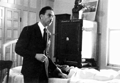 Doctor Gustavo Baz junto a un enfermo