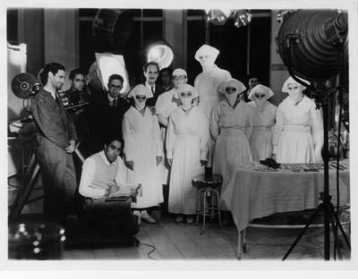 Adolfo Best Maugard, Agustín Jiménez, enfermeras y colaboradores en la filmación del documental Humanidad