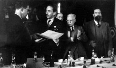 Dr. Gustavo Baz entregando reconocimientos, en una ceremonia, retrato