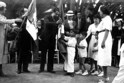 Entrega de banderas por funcionarios publicos a niños de la casa cuna, retrato