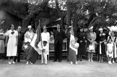 Funcionarios públicos y niños de casa cuna banderas, retratos
