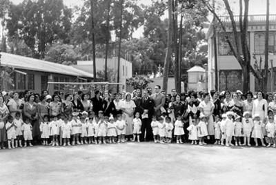Niños, personal y damas voluntarias de la Casa Cuna, retrato