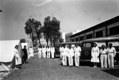 Médicos y enfermeras con casas de campaña y ambulancias, retrato