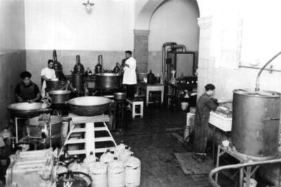 Cocineros trabajando en la cocina de un hospital, rerato